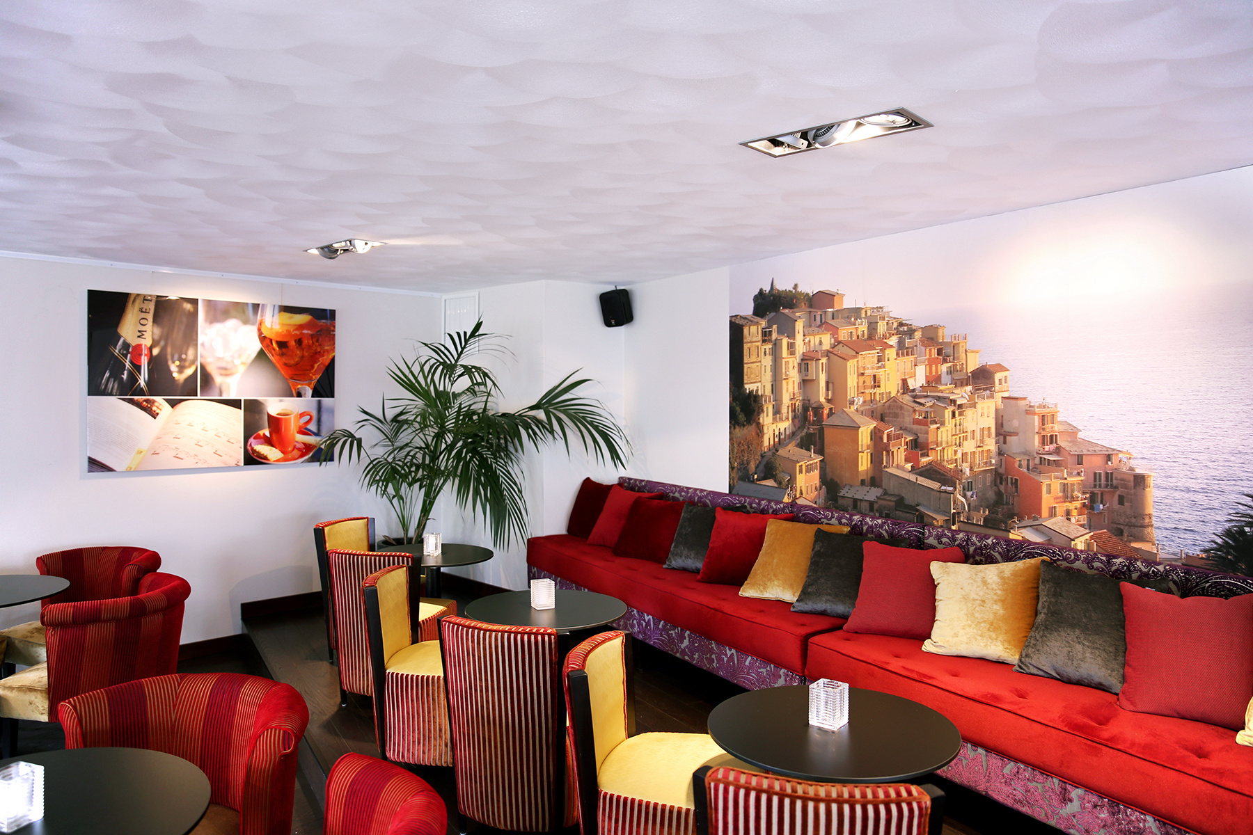 Second commission for Restaurant Verdi: photo collage on Dibond with Liquid Gloss finish (left) and as wallpaper (right)